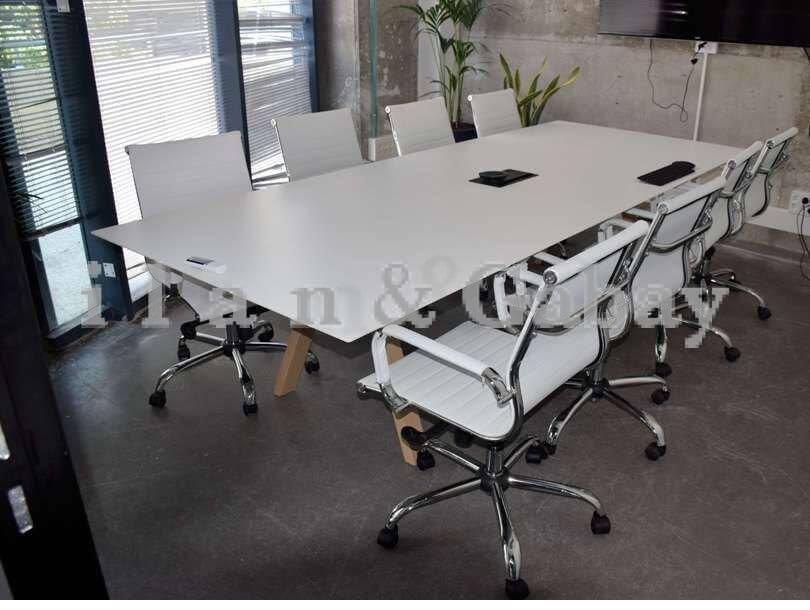 BRUT שולחן ישיבות מפואר משולב רגל עץ