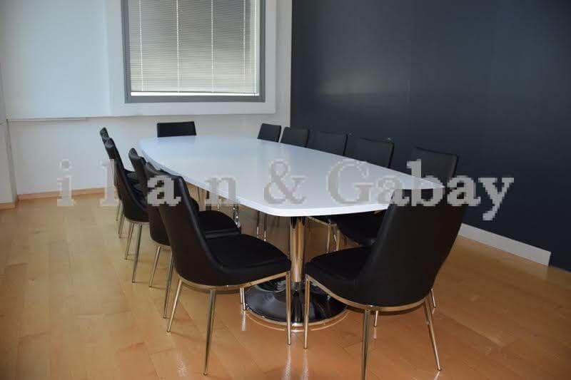 שולחן ישיבות יוקרתי בצבע לבן עם כסאות שחורים מסביב