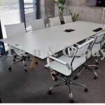 שולחן ישיבות בצבע לבן מעץ מלא וכסאות לבנים בהתאמה אישית ללקוח