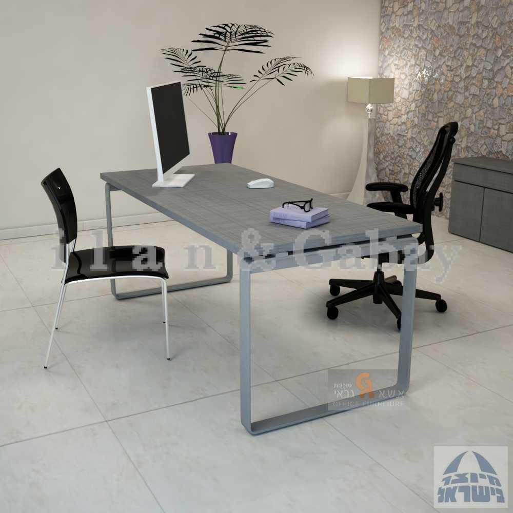 ריהוט משרדי יוקרתי עם שולחן מוצב וכסאות שחורים